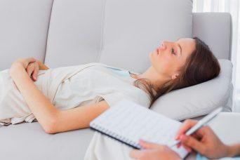 العلاج بالتنويم المغناطيسي الإيحائي